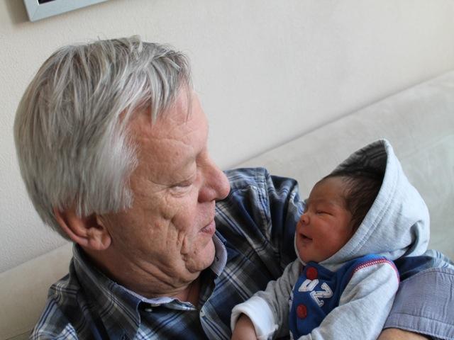 Opa geniet van z'n kleinzoon.