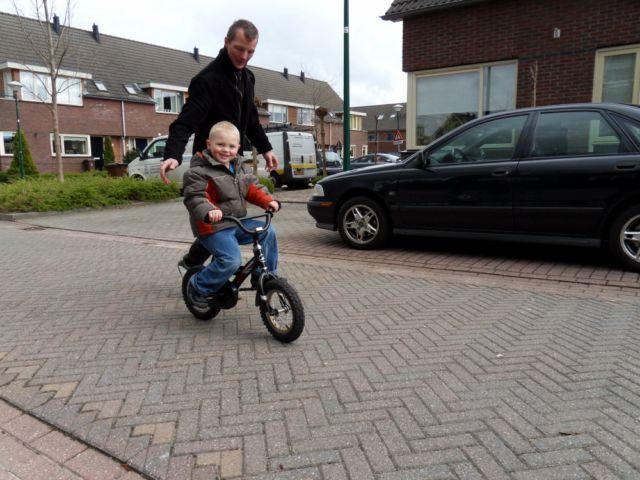 010-thijn-eindelijk-op-de-fiets