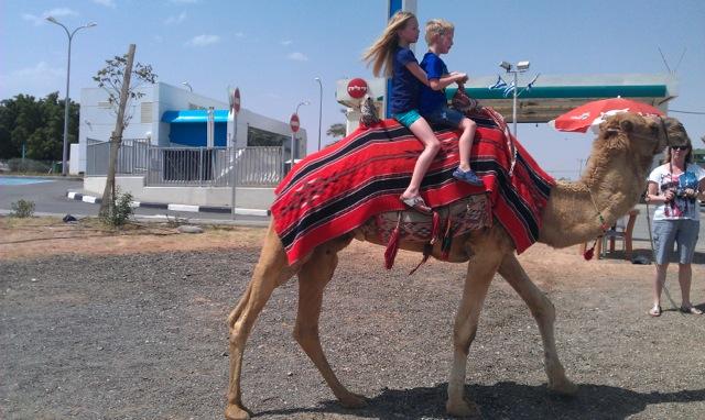 Kim en Lars op de kameel