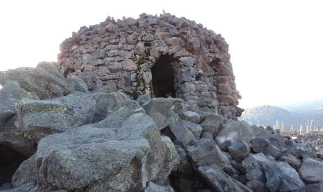 Het observatorium van lavablokken gebouwd.