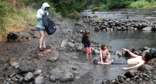 """Met regen in de """"Hot spring""""."""